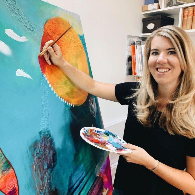 Annie Helin målar i acryl och blandteknik