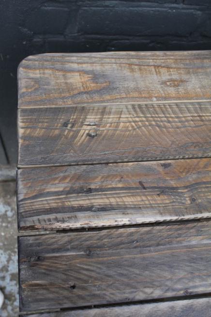 Platte aus Palettenholz, künstlich gealtert Foto: Bärbel Recktenwald