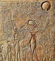 Akhenaton et Néfertiti en vénération pour leur Dieu Aton