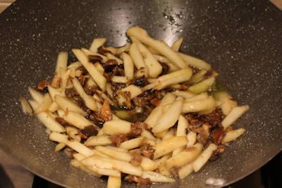 Tagliatelle con farina di castagne con funghi e pere