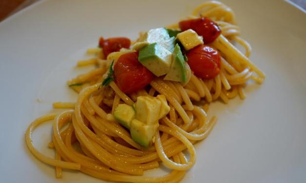 Spaghetti con avocado pomodorini e tonno