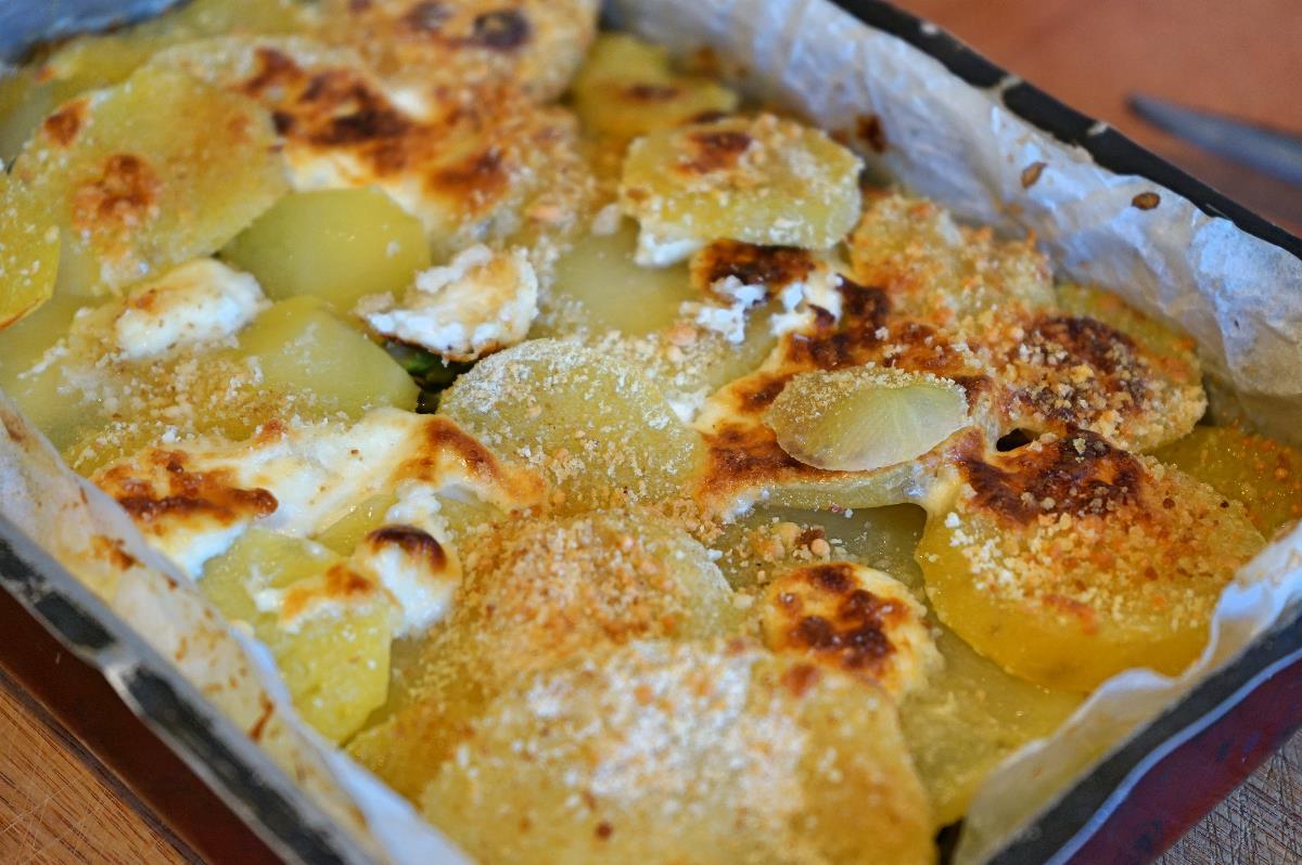 Patate con asparagi e stracchino al forno