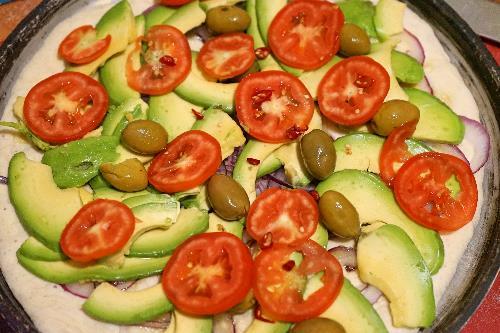 pizza vegana con avocado olive e cipolla