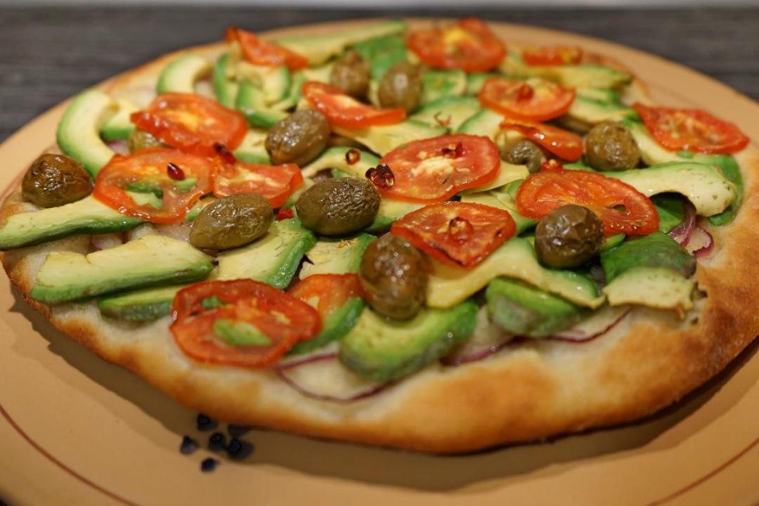 pizza con avocado olive e cipolla