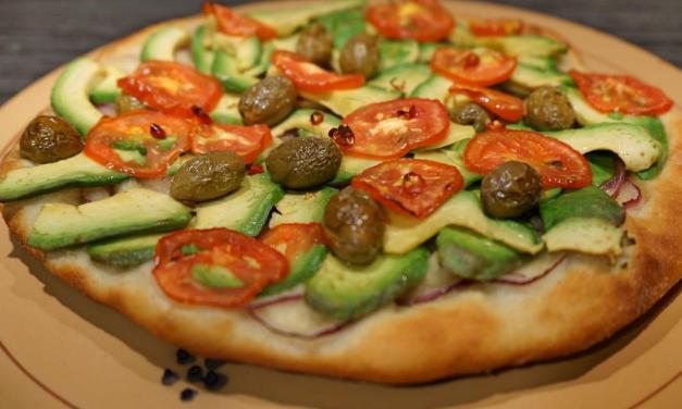 Pizza con avocado olive e cipolla una vegana per tutti