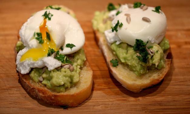 Bruschetta con avocado e uova – colazione in camicia