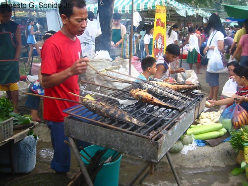 bbq barbeque fish vendor sunday market  Buhay Pinoy Philippines Filipino Pilipino  people pictures photos life Philippinen