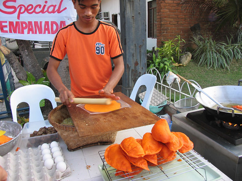 Pinoy Filipino Pilipino Buhay  people pictures photos life Philippinen  菲律宾  菲律賓  필리핀(공화�) Philippines  Cabugao, Ilocos Sur Young man preparing Vigan empanada, street, sidewalk vendor rural