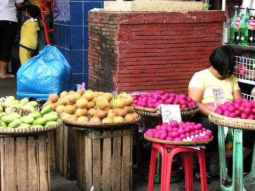 Manila sleeping vendor, itlog na maalat, eggs, santol, manggang hilaw green mango Pinoy Filipino Pilipino Buhay  people pictures photos life Philippinen  菲律宾  菲律賓  필리핀(공화�) Philippines
