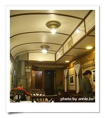 坐在古董列車中吃飯