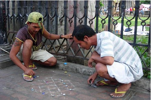 men playing dama checkers draughts street city Buhay Pinoy Philippines Filipino Pilipino  people pictures photos life Philippinen  菲律宾  菲律賓  필리핀(공화�)improvised board game