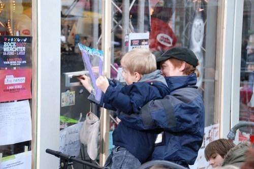 Beveiligingsbeambte helpt kleine mens