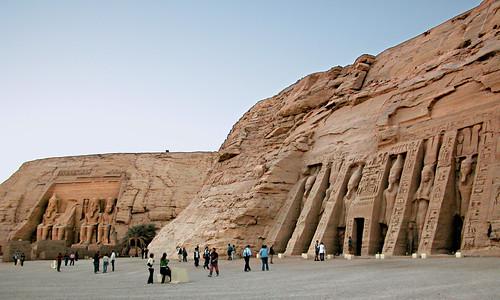 Imagen del conjunto con el templo de Hator en primer plano