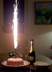 Champagne och tårta på födelsedagen