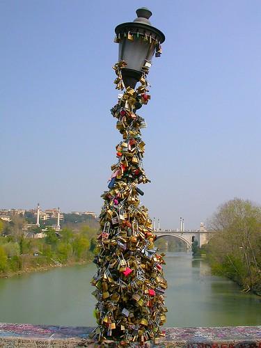 Farola sobre el puente Milvio