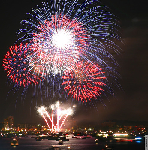 Fireworks over Navesink by wmliu.