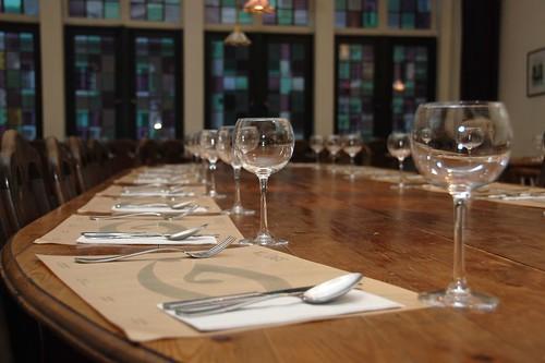 De maagdelijk lege tafel