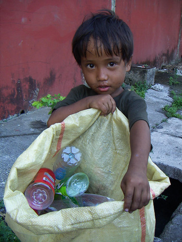 young boy recycler scavenger  Buhay Pinoy Philippines Filipino Pilipino  people pictures photos life Philippinen