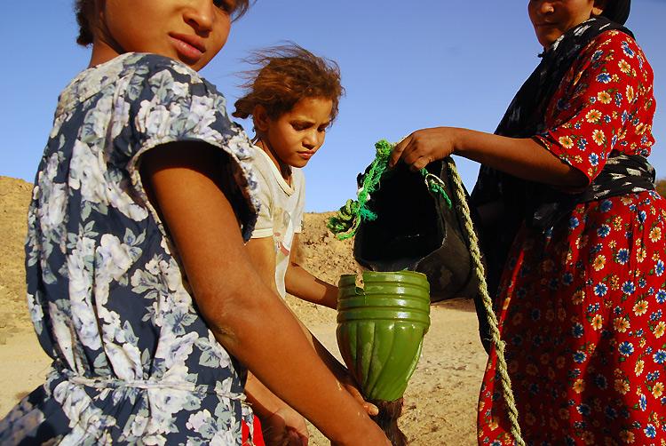 撒哈拉沙漠里取水