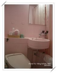 粉紅色的浴室,不過真的很小。