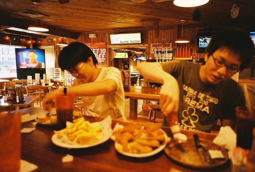 這兩個人也吃得太高興了巴...