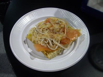 Tapa de salmón ahumado con gulas a la vinagreta.