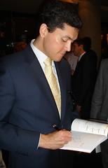 Antonio Fumero firmando su libro