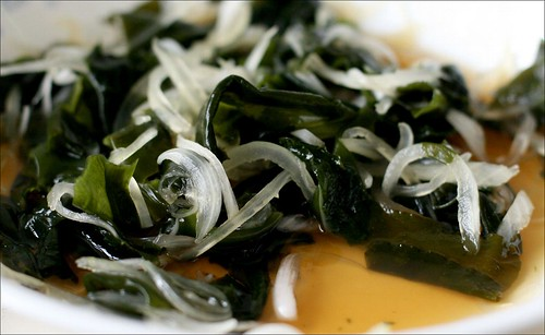 seaweed and onion salad with lemon and soy sauce
