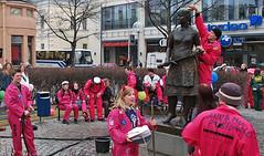 Business Students washing up Siskontyttö-statue