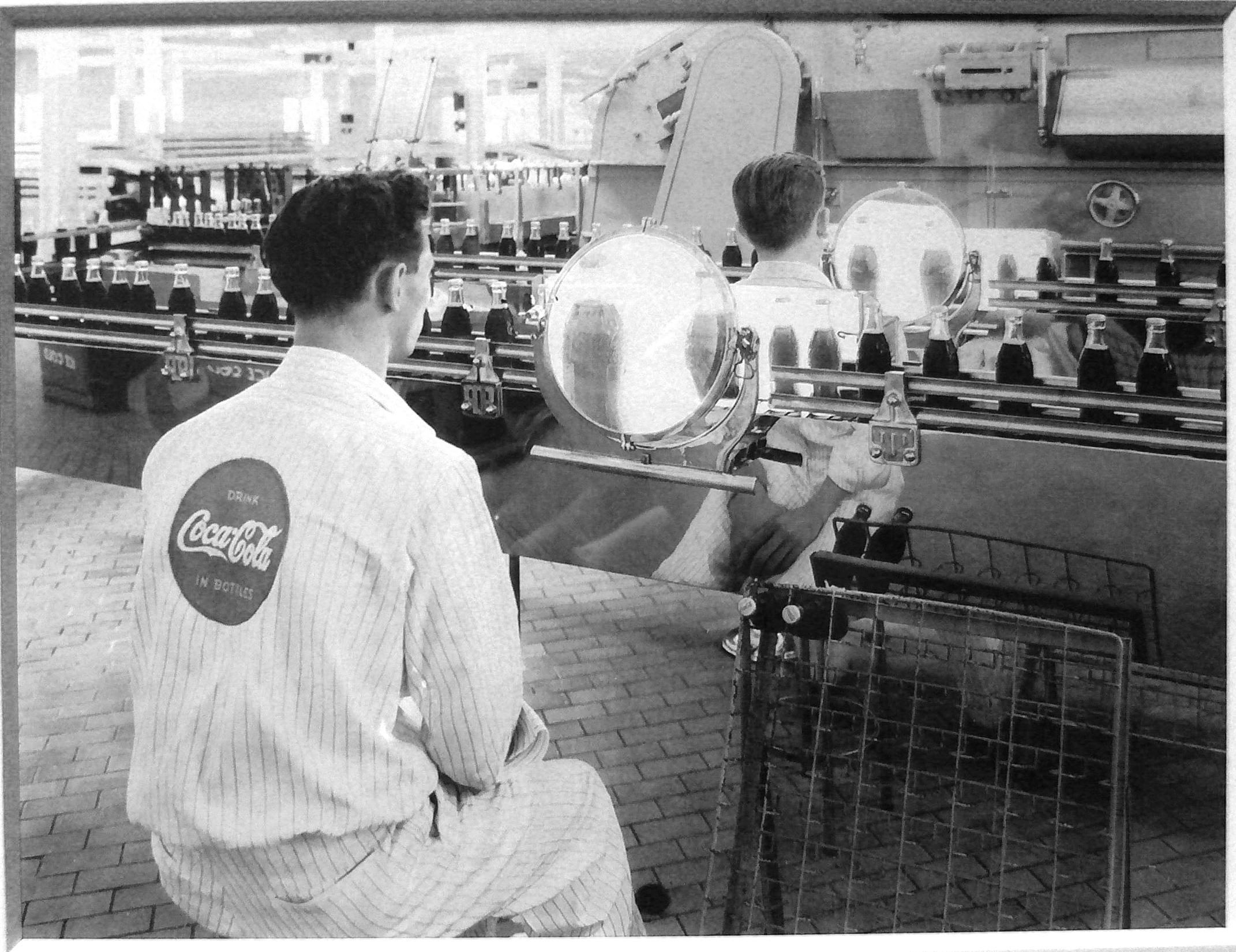 Cadena de montaje de Coca-Cola. Control de calidad.