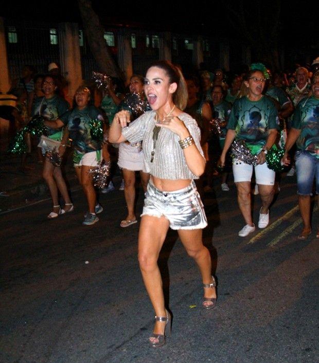 Wanessa Camargo mostra gingado e boa forma em ensaio no Rio