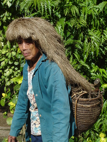 Itbayat, Batanes headdress traditional Buhay Pinoy Philippines Filipino Pilipino  people pictures photos life Philippinen  菲律宾  菲律賓  필리핀(공화�) elderly woman basket