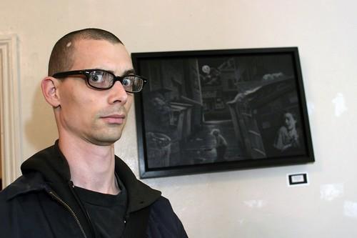 Fred Einaudi ao lado de uma de suas pinturas