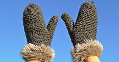 """Der Fäustling. Die Fäustlinge. Bei diesen Handschuhen teilen sich die Finger, außer dem Daumen einen gemeinsamen Innenraum. • <a style=""""font-size:0.8em;"""" href=""""http://www.flickr.com/photos/42554185@N00/32372982600/"""" target=""""_blank"""">View on Flickr</a>"""