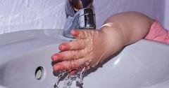 """Der Wasserhahn. Die Wasserhähne. Ein Kleinkind hält die Hand unter einen Wasserhahn. • <a style=""""font-size:0.8em;"""" href=""""http://www.flickr.com/photos/42554185@N00/31668357875/"""" target=""""_blank"""">View on Flickr</a>"""