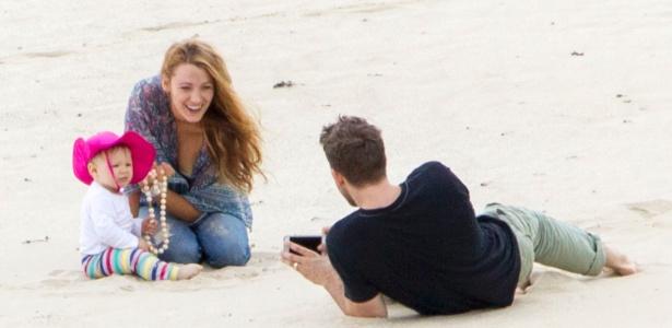 Blake Lively e Ryan Reynolds são fotografados pela primeira vez com a filha