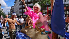 CC via flickr CSD 2006: Pinkes Winken in Hamburg Sankt Georg