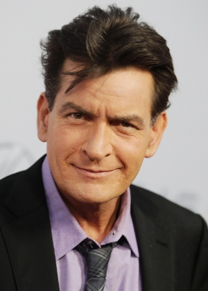 Sheen pagava mais por sexo sem proteção com prostitutas, diz cafetina