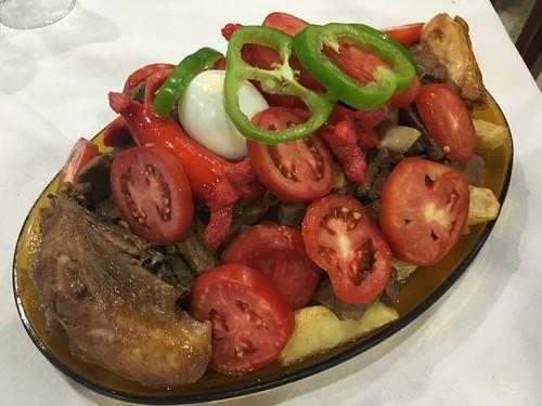 Le pique : mélange de viande de boeuf, de poulet, d'oeufs, de tomates et de frites !!