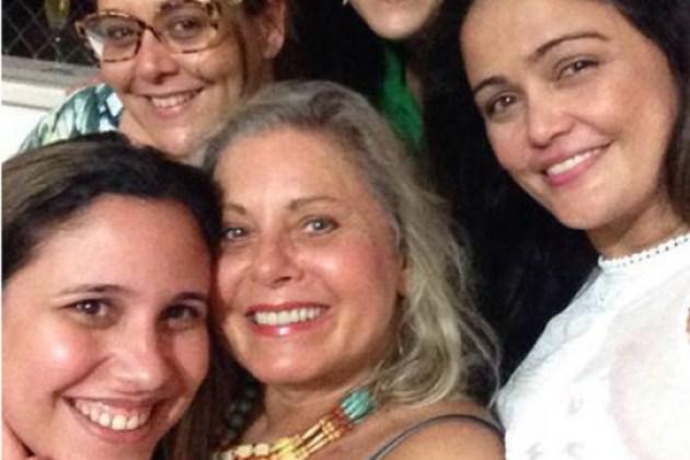 Vera Fischer aparece sorridente em selfie com amigas após ser alvo de críticas