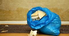 """Der Müllsack. Die Müllsäcke. In diesem Müllsack sind heruntergerissene Tapeten. • <a style=""""font-size:0.8em;"""" href=""""http://www.flickr.com/photos/42554185@N00/31746966813/"""" target=""""_blank"""">View on Flickr</a>"""