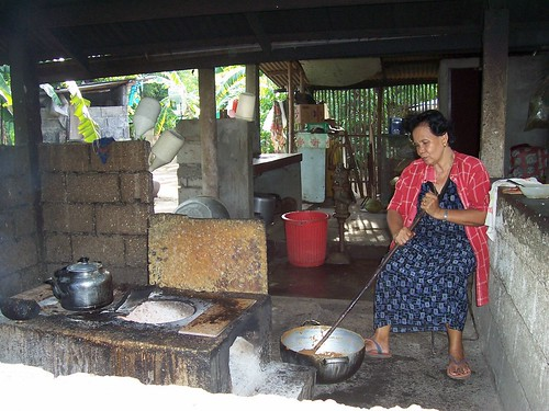 Palauig, Iba, Zambales elderly woman cooking making pastilyas de leche, food, Philippines, pinoy, rural, snack, traditional, woman, working, Pinoy Filipino Pilipino Buhay  people pictures photos life Philippinen  菲律宾  菲律賓  필리핀(공화�) Philippines