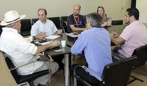 NA REUNIÃO com o prefeito, o presidente da FIEMG Vale do Aço esteve acompanhado da gerente e do diretor de Esportes do SESI, Cléia Chamon e Rodrigo Valério