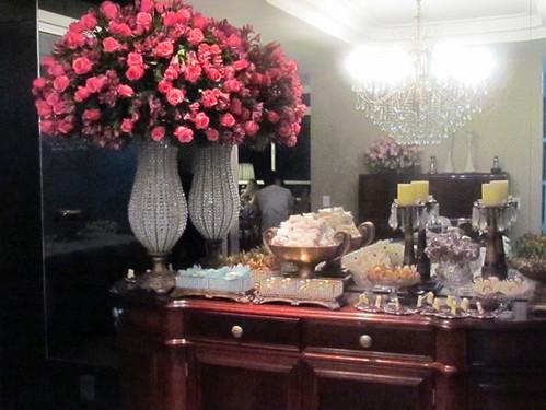 Beleza dos arranjos para a noite de festa, compondo com mesa de doces de Lourdes Caldeira, da Doces Delícias