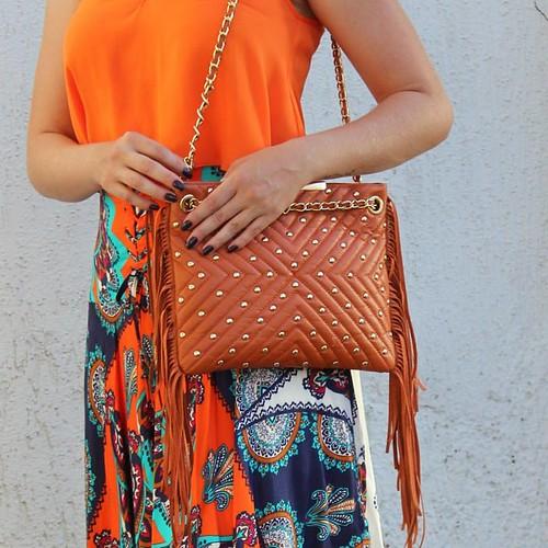 Modelagem linda , cor que combina muito , franjas e tachas que são pra lá de modernas , é uma bolsa PERFEITA