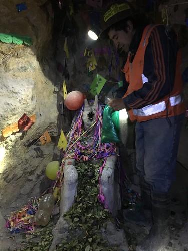 """Les mineurs prient plusieurs """"Tio"""", leurs dieux souterrains."""