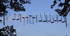 """Die Note. Die Noten. Diese Noten hängen zwischen zwei Bäumen. • <a style=""""font-size:0.8em;"""" href=""""http://www.flickr.com/photos/42554185@N00/31966940625/"""" target=""""_blank"""">View on Flickr</a>"""