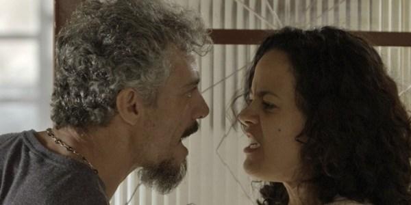 """Em """"A Regra do Jogo"""", Domingas expulsa Juca de casa após vê-lo com amante"""