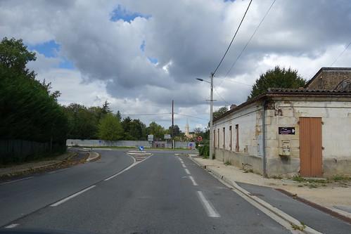 Au bout de la route, on aperçoit l'église