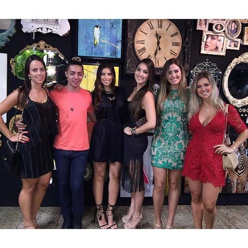 As poderosas do Shimidt Hathane, Laís, Marina, Rafaela e Larissa tendo como fundo a parede espetacular montada por Flaviane Barreto, da Matterfloris